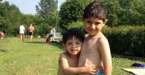 zwei_kids_im_freibad